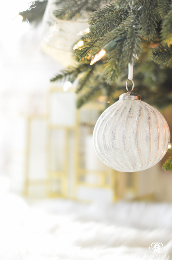 balsam-hill-christmas-tree-with-white-ornaments