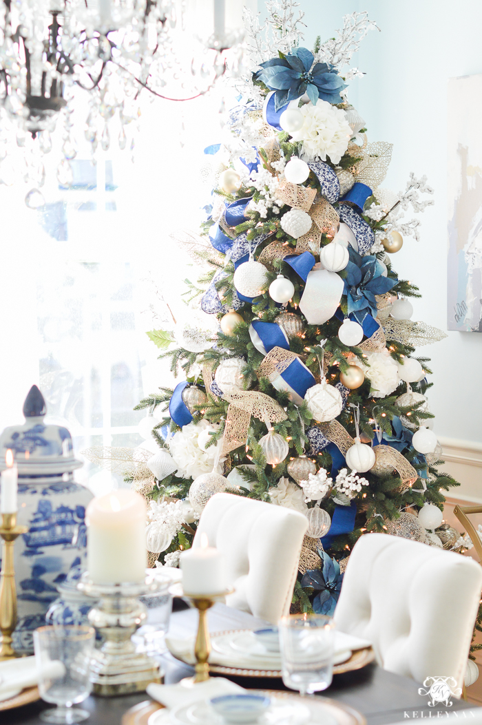 ec1cacb647b blue-and-white-christmas-dining-room-ideas