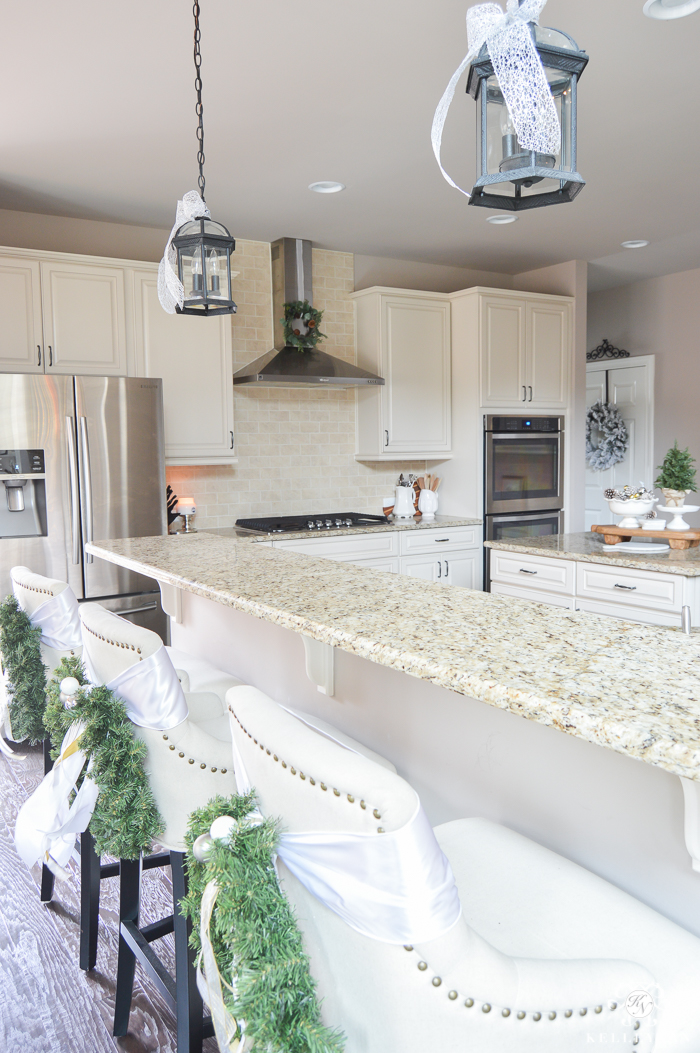 christmas-kitchen-with-wreath-on-vent-hood