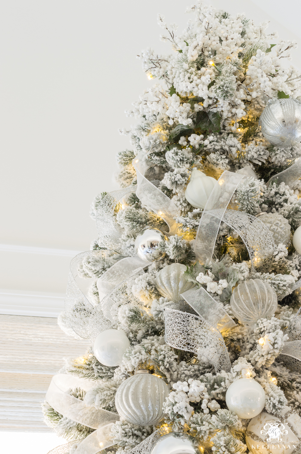 Christmas tree white berry topper ideas