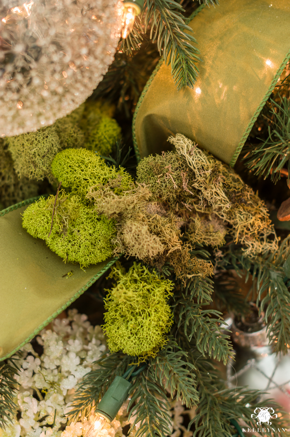 Using moss in a Christmas tree with a meadow or woodland theme