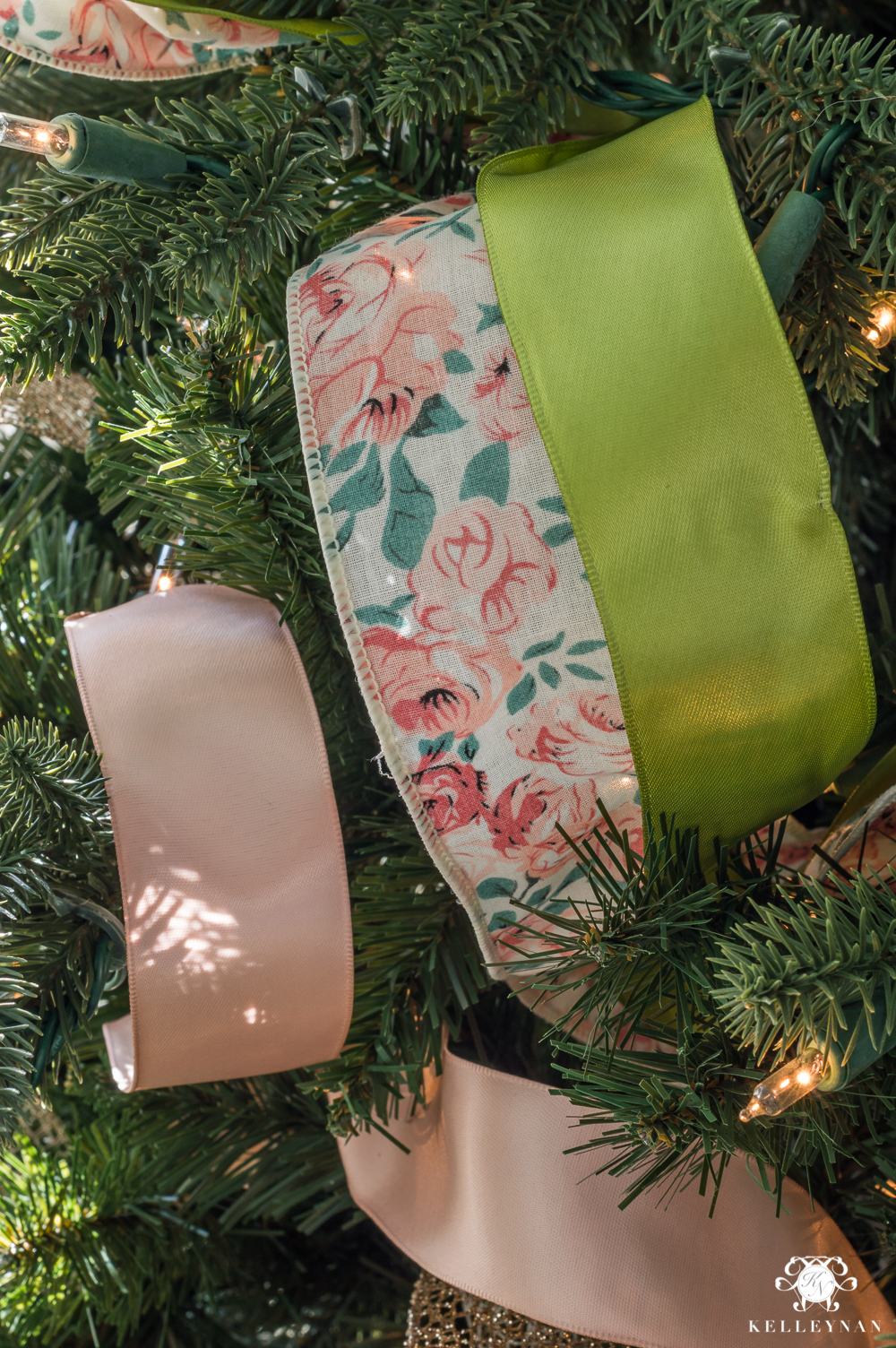 Using multi-colored ribbon in a Christmas Tree