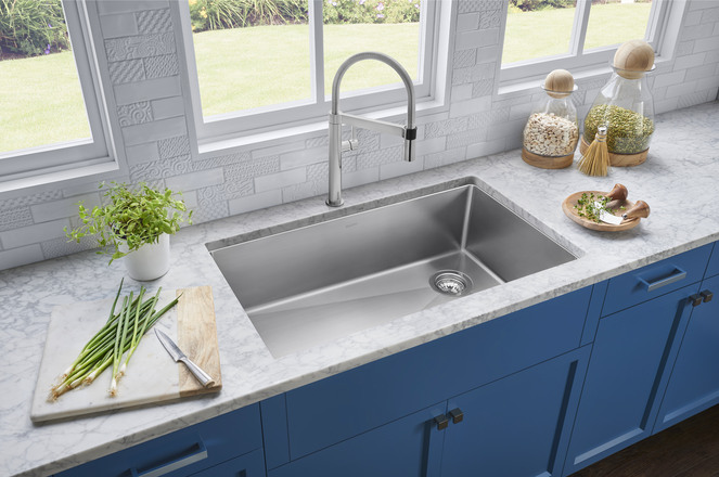 Single basin stainless steel sink with side corner drain
