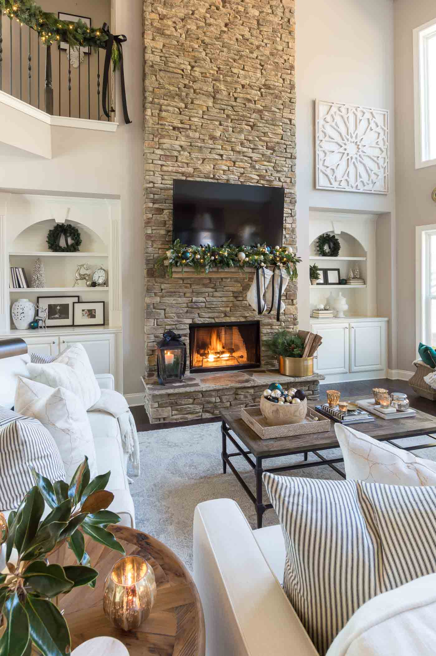 Simple and elegant Christmas decorations in the living room
