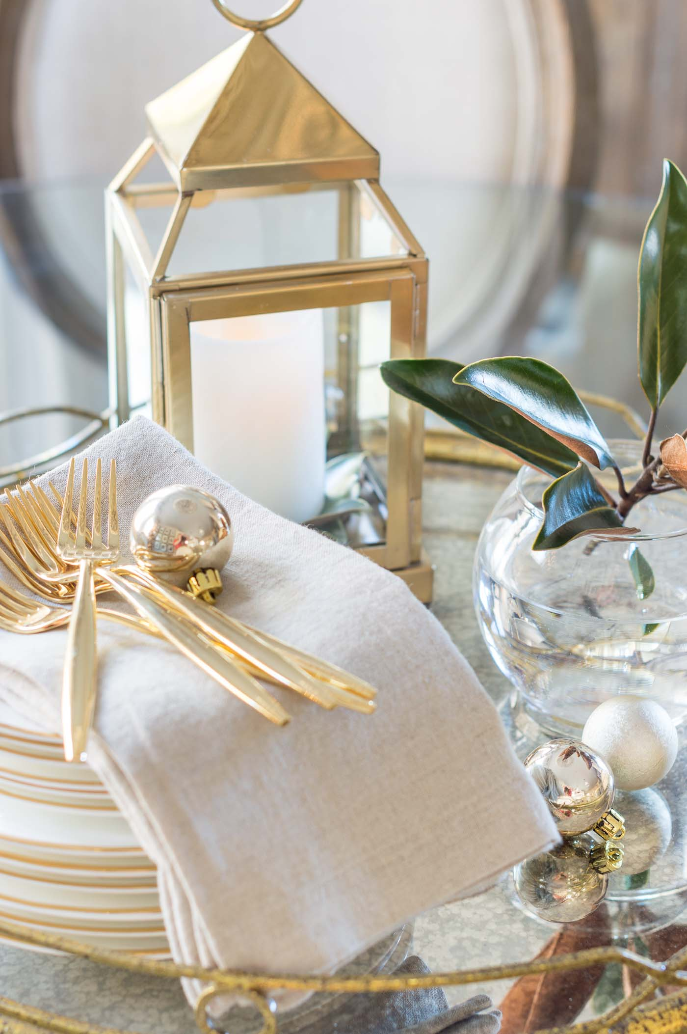 Simple Christmas dining table centerpiece