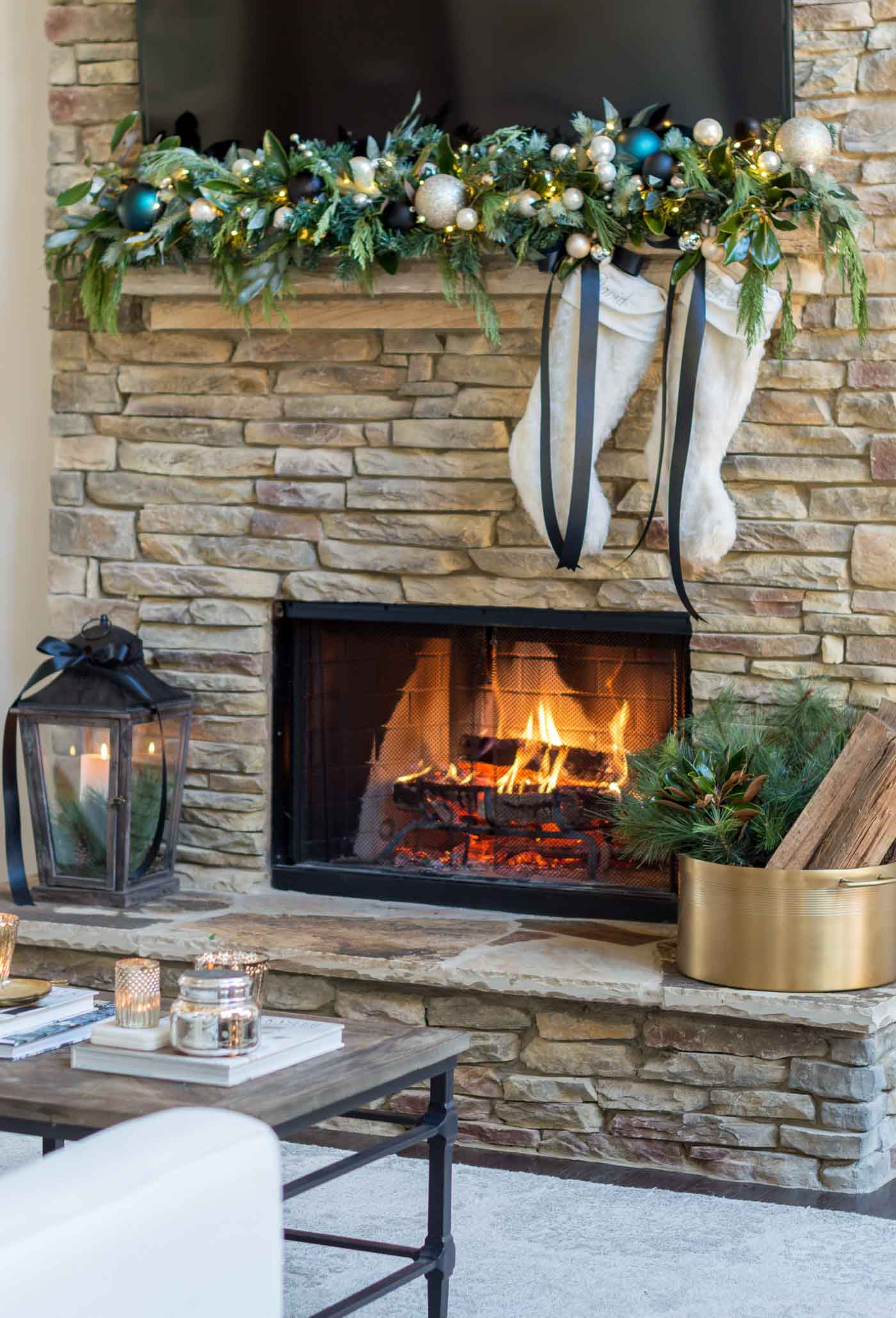 How to style and decorate a Christmas fireplace adn mantel
