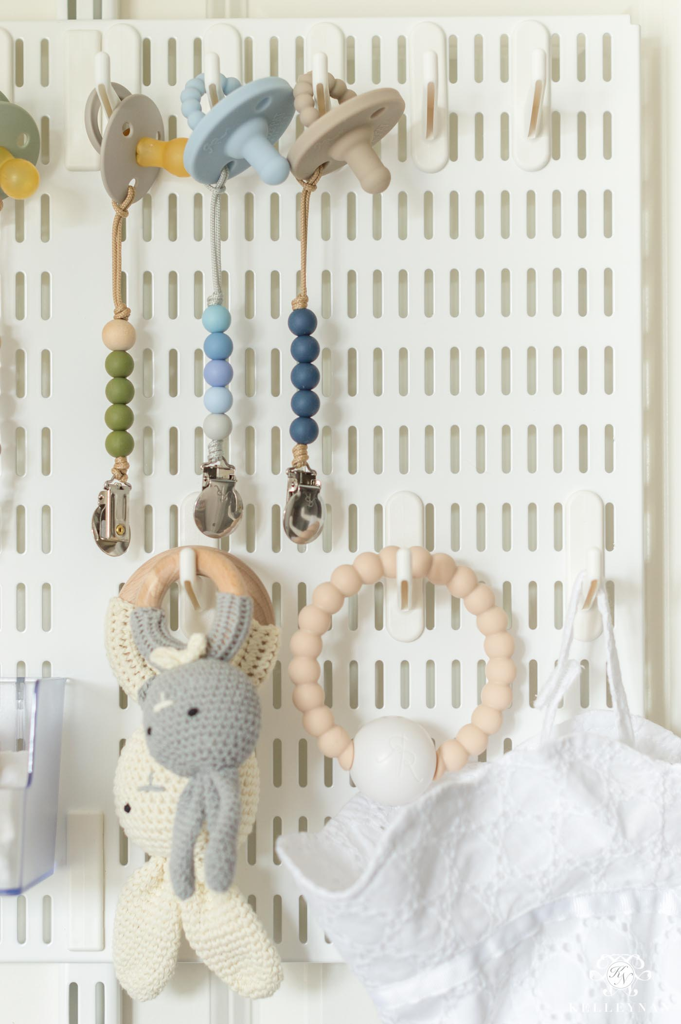 Pacifier organization and display