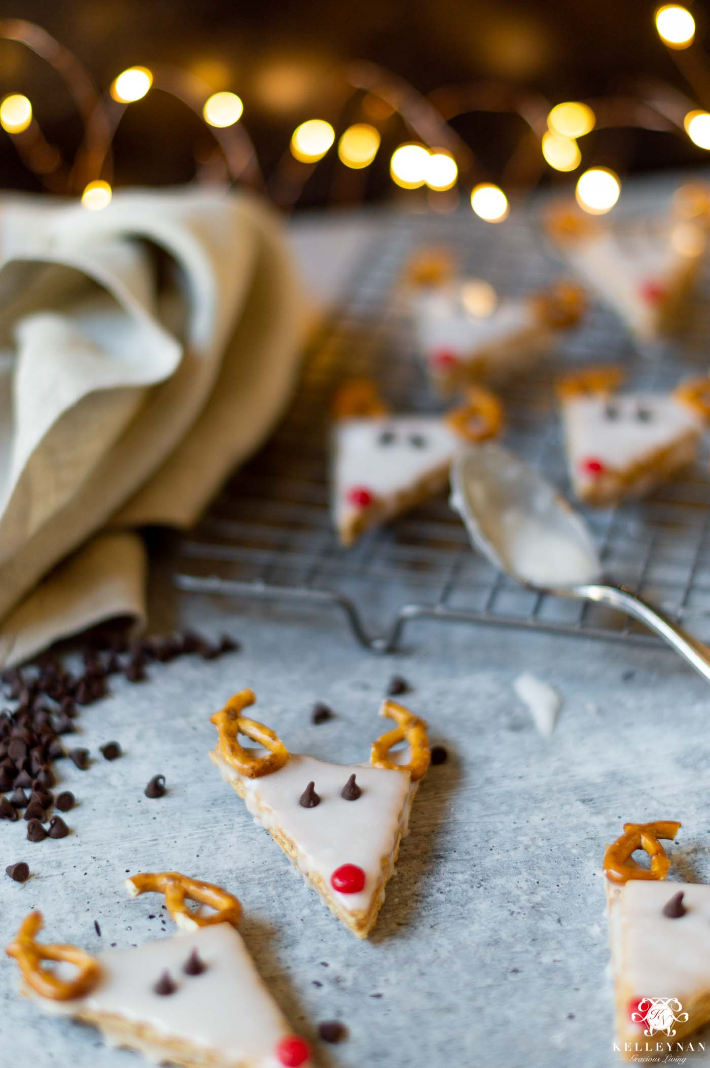 5 EASY Christmas Treats with 5 Ingredients (or less!) Reindeer Graham Cracker Cookies are a Kid-Friendly Winner!